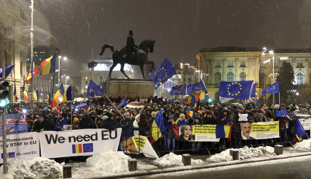 Több százan tüntettek az EU-elnökség megnyitója alatt