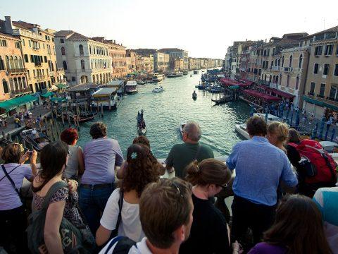 Belépődíjat vezetnének be a turistáknak Velencében