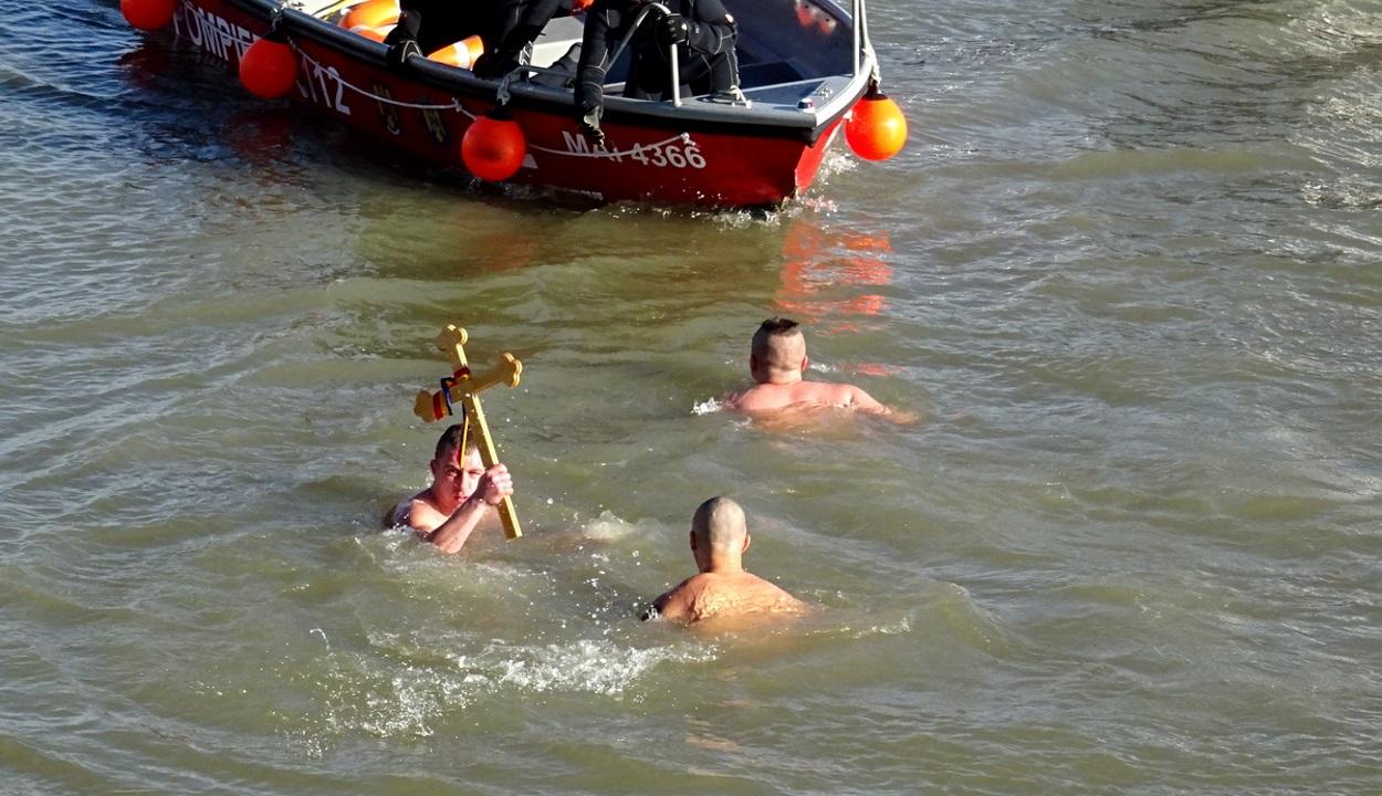 Vízkereszt: Sokan a jeges Dunába ugrottak a megszentelt kereszt után