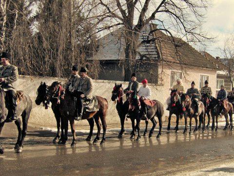 Visszatér a csernátoni lovas maszka