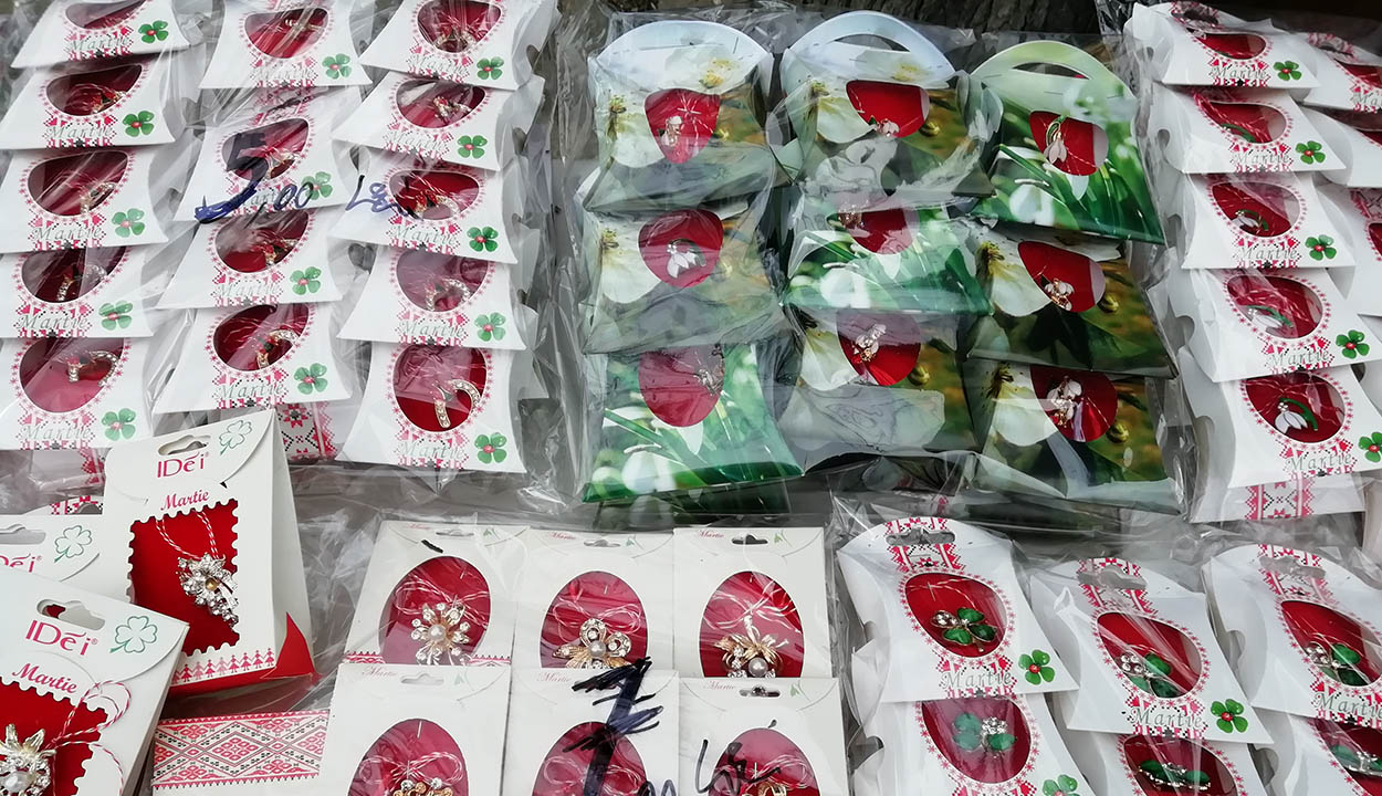 Az oktatási minisztérium nem tiltja meg a márciuska- és virágajándékozást, de óvatosságra int