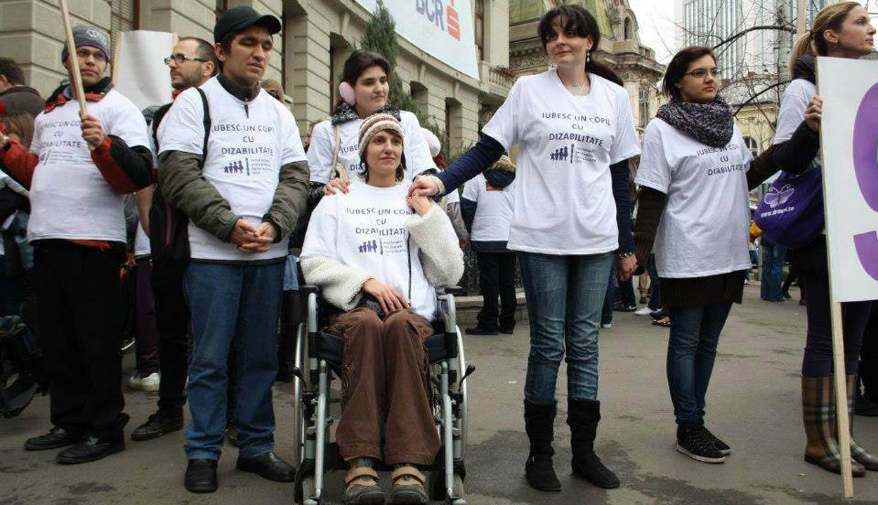 A fogyatékkal élőkért tüntetnek