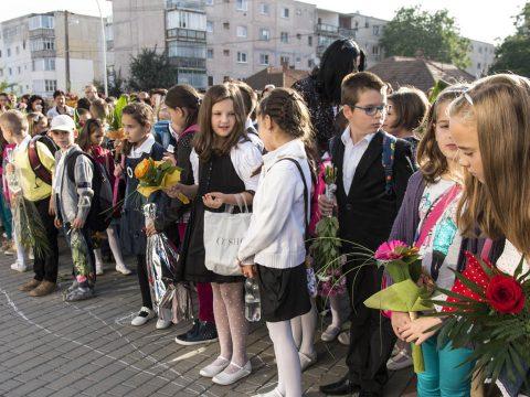 Több mint 2,8 millió óvodás és iskolás kezdi meg hétfőn az új tanévet