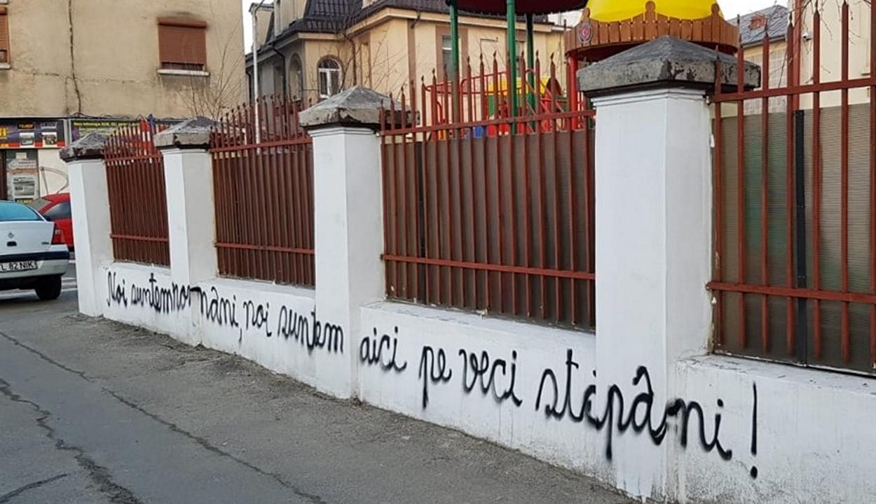 Újból román nacionalista feliratokat firkáltak a bukaresti magyar líceum kerítésére