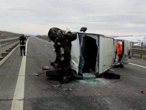 Újabb kisbusz szenvedett balesetet, mert a sofőr élőben közvetített a közösségi hálón