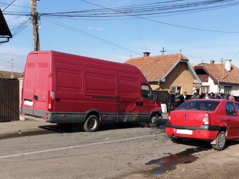 Furgon és személyautó ütközött Szentléleken