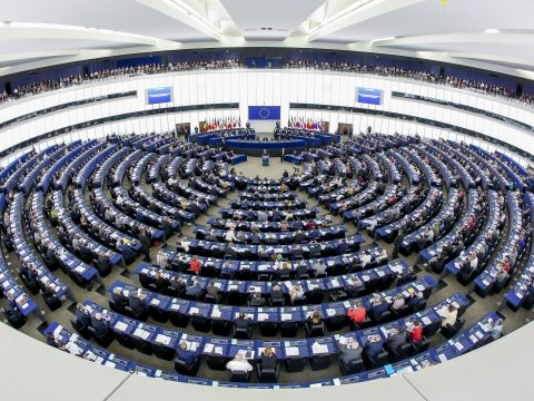EP-választás: enyhén növekvő néppárti előnyt jeleznek a legfrissebb közvélemény-kutatások