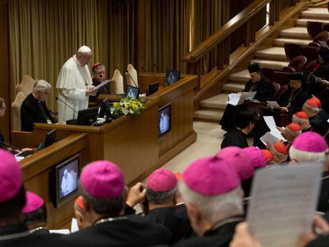 Ferenc pápa kiküldené a papokat a koronavírus-fertőzöttekhez