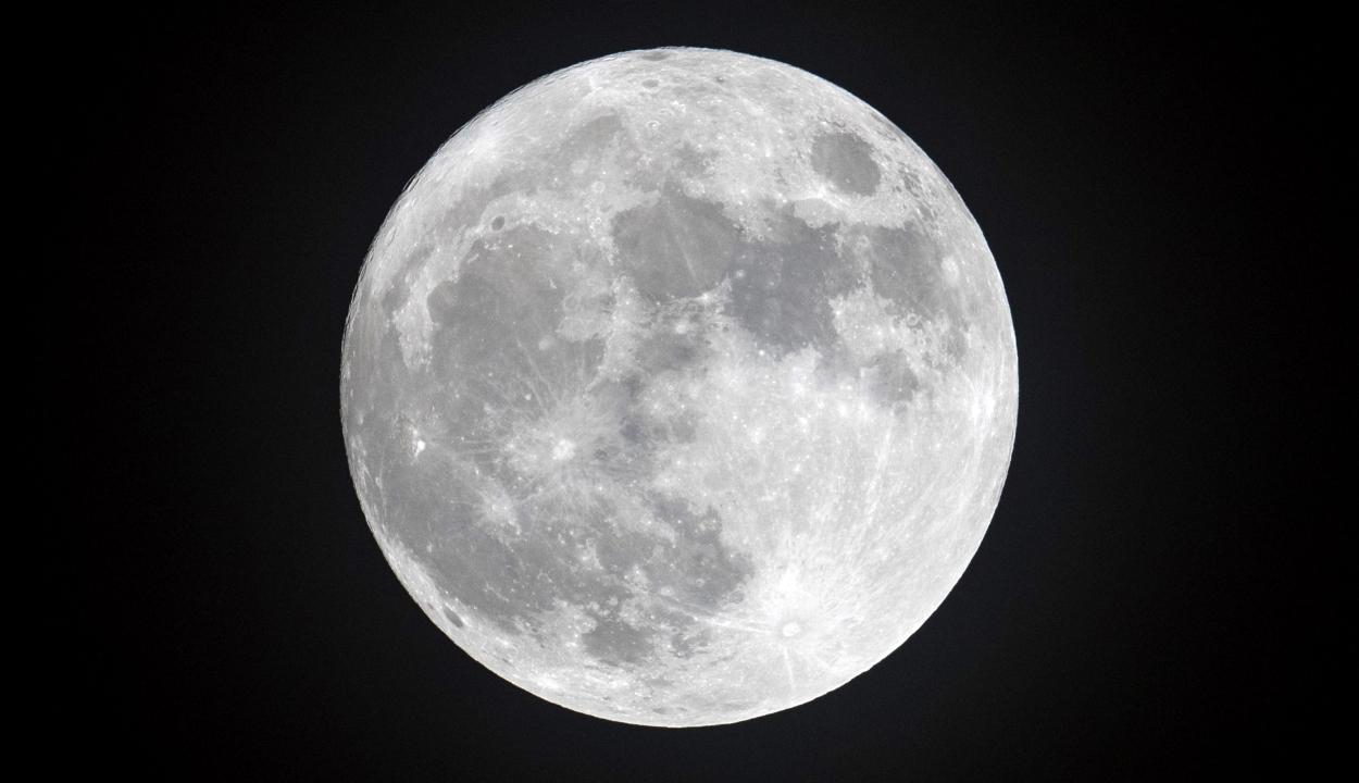 Rozsdásodik a Hold, és ezt a Földnek köszönheti