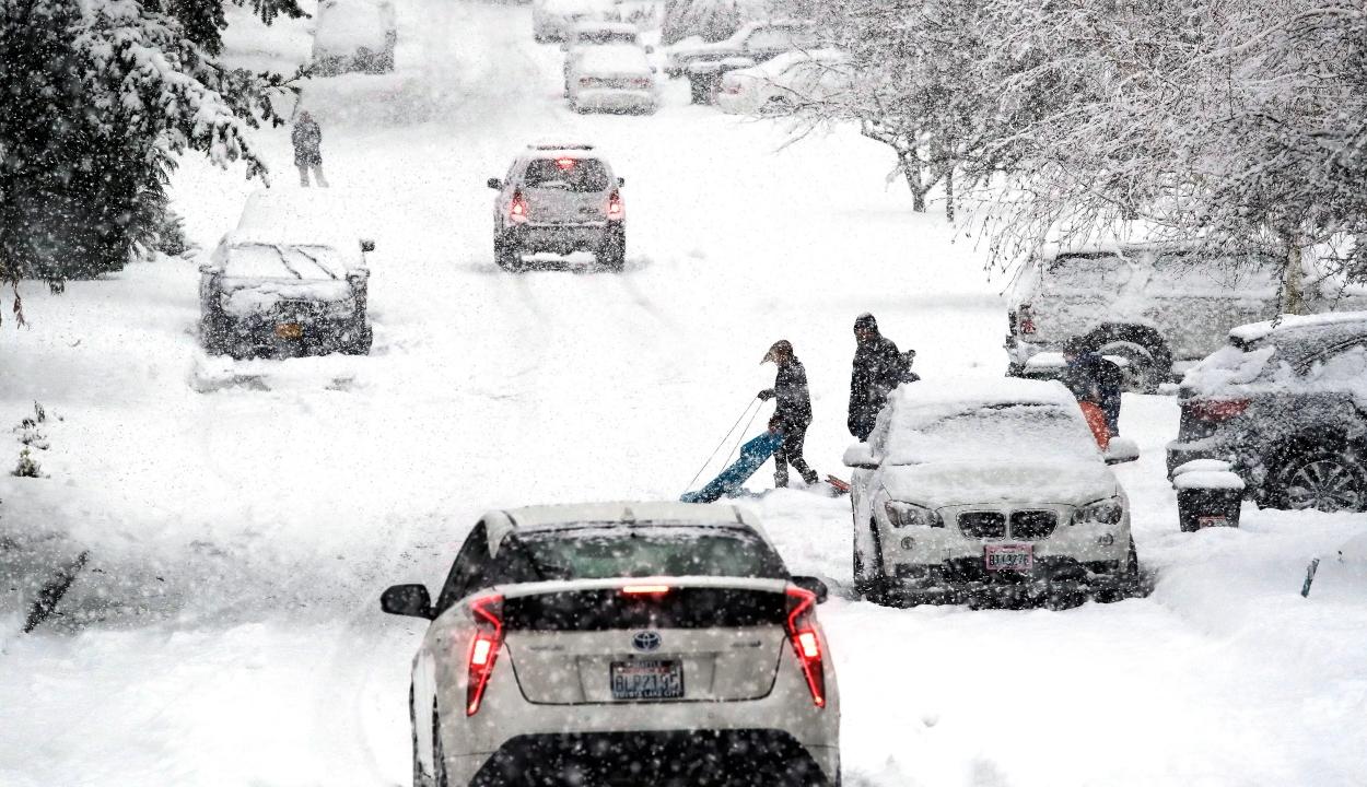 Repülőjáratok ezreit törölték az Egyesült Államokban a hóviharok miatt