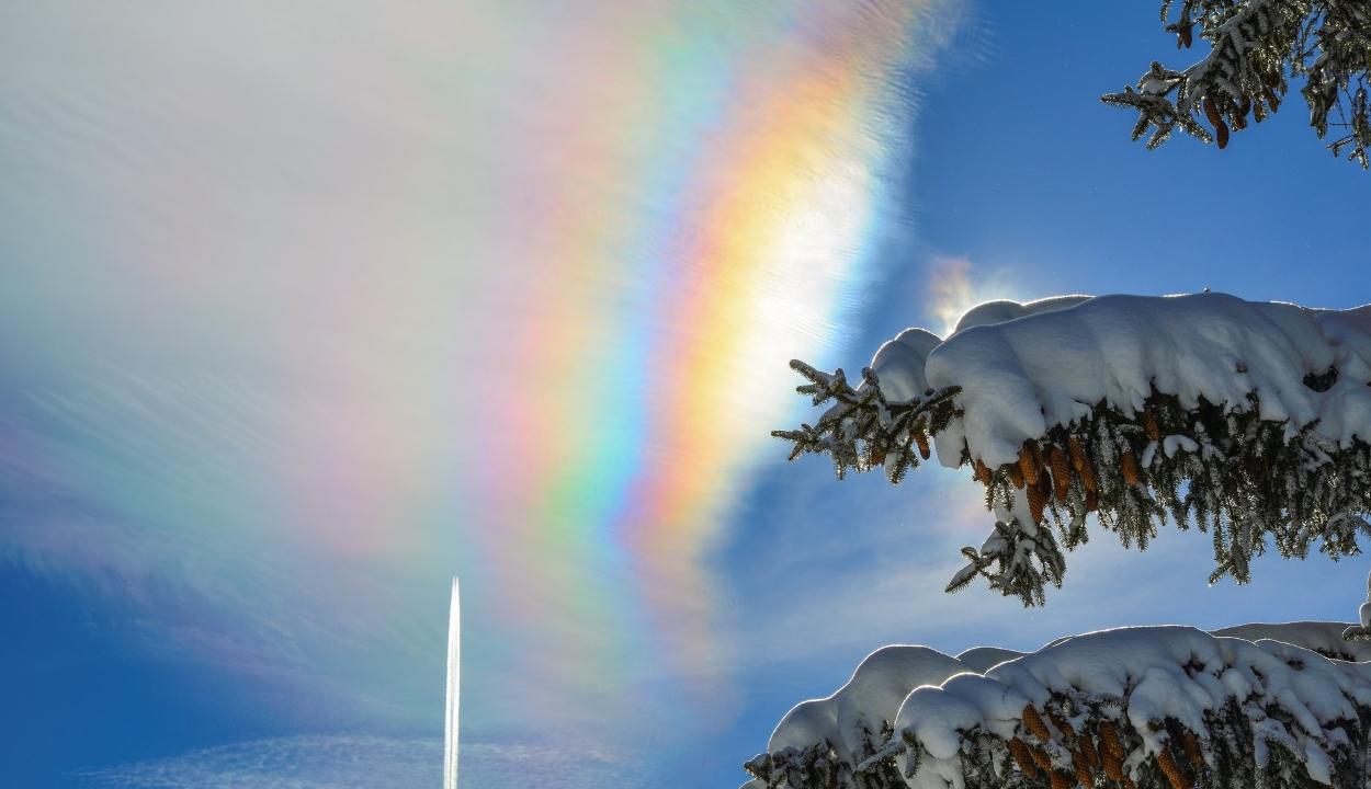 Színpompás légköri jelenséget örökített meg egy túrázó a Bucsecs-hegység felett