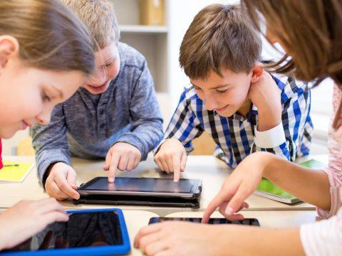 2-3 hónap múlva kezdődhet az iskolák és diákok okostáblákkal és táblagépekkel történő felszerelése