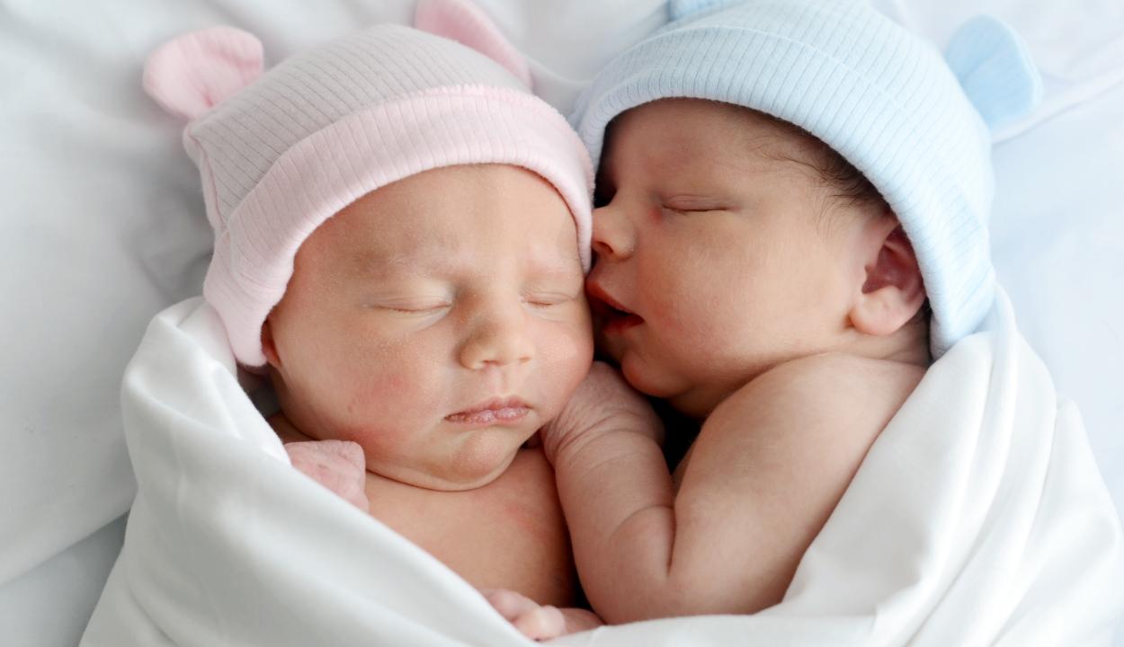 Három hónap különbséggel születtek az ikrek