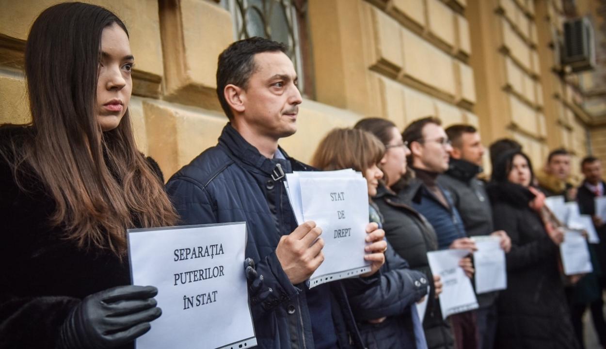 Románia-szerte tüntettek a bírók és az ügyészek az igazságszolgáltatást átalakító rendelet ellen