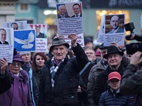 Mintegy kétszázan tüntettek Marosvásárhelyen a magyar orvosképzés visszaállításáért