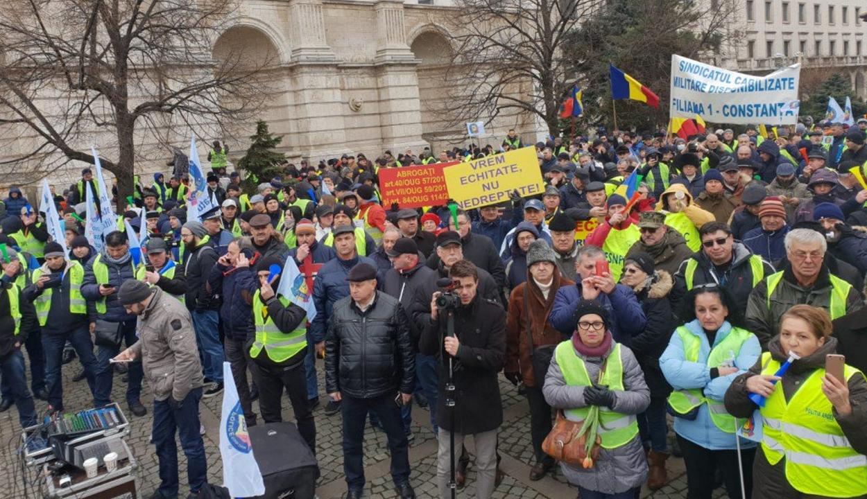 Jobb munkakörülményekért és méltányos bérekért tüntettek rendőrök és a börtönőrök