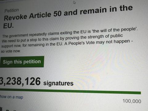 Milliók követelik petícióban a Brexit leállítását