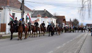 A Kézdivásárhelyről hazatérő csernátoni lovasok és szekeresek is csatlakoztak a községközpontban ünneplőkhöz