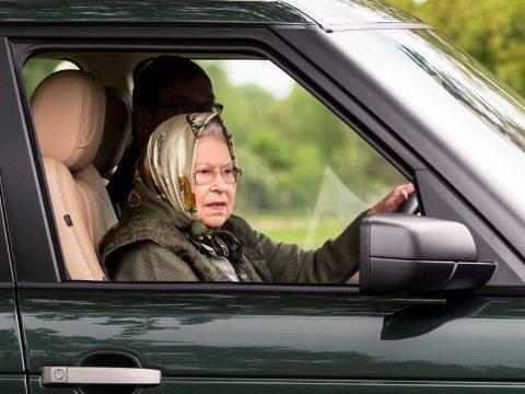 Férje után Erzsébet királynő is felhagyott az autóvezetéssel