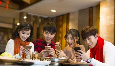 Egy japán település betiltotta a mobiltelefonok használatát sétálás közben
