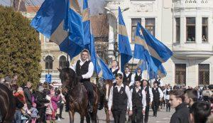 A felsőháromszéki lovasok zászlós felvonulása a céhes város főterén Fotó: Tofán Levente