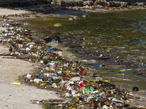 Több mint ezerötszáz tonna műanyag jut évente a Dunából a tengerbe