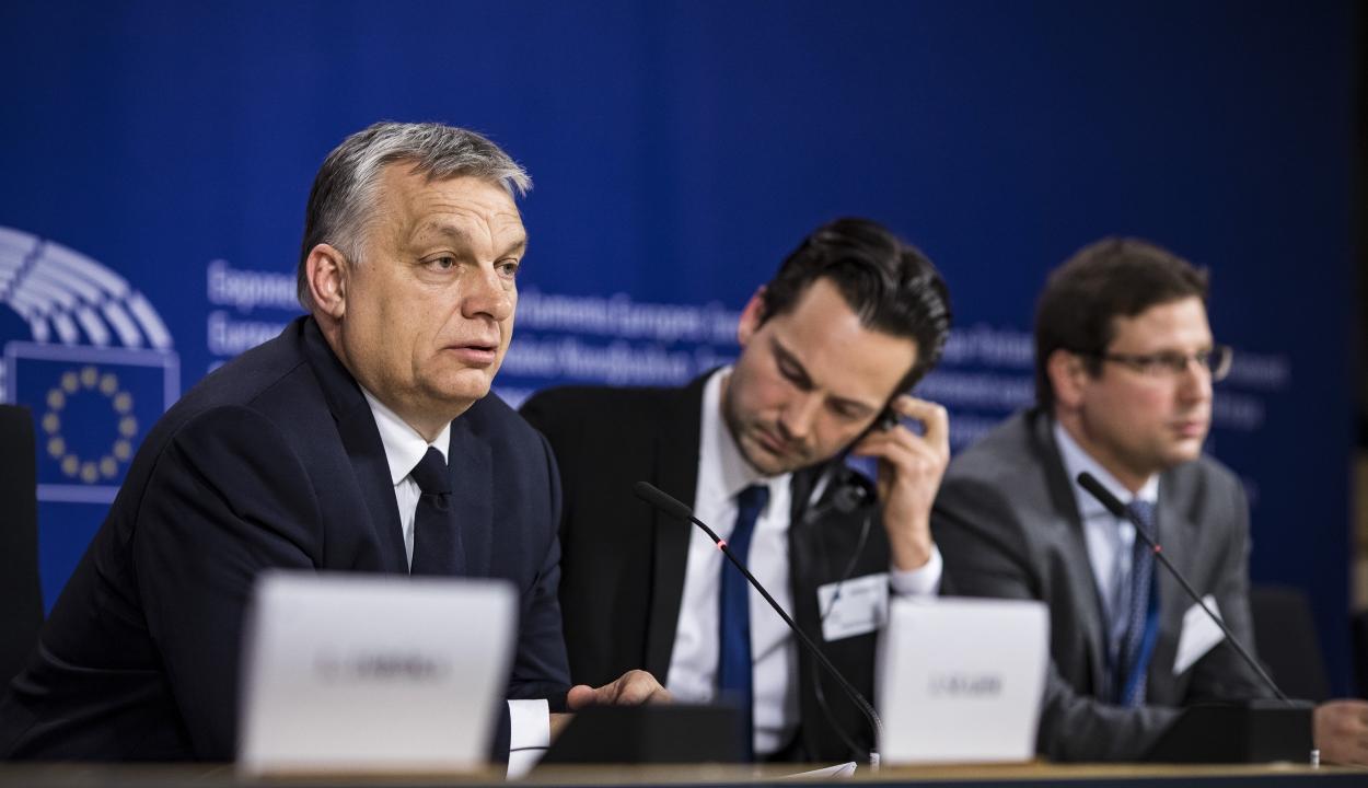"""Felfüggesztették a Fidesz néppárti tagságát, """"bölcsek tanácsa"""" vizsgálja ki a helyzetet"""