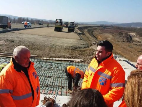 Komolyabb mozgósítást kér a szállítási miniszter az erdélyi autópályán dolgozó építőktől