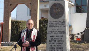 Bartos Károly plébános a kézdisárfalvi emlékműnél