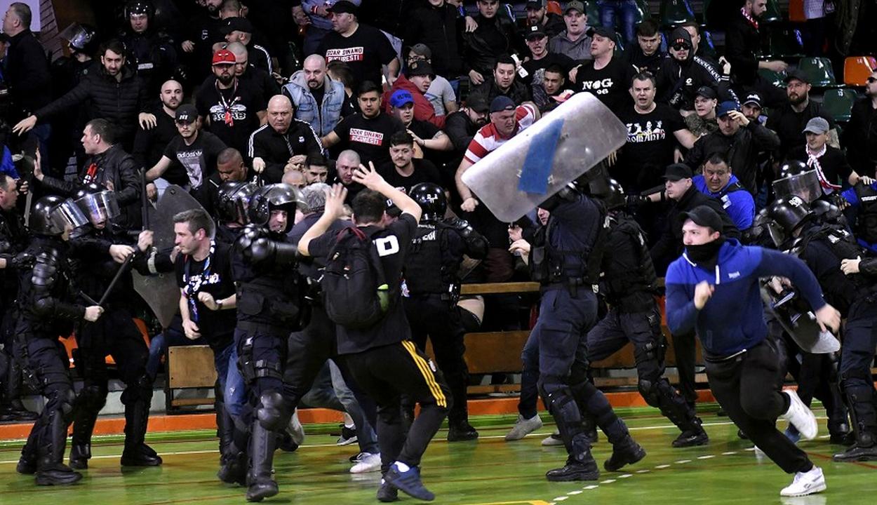 450 szurkolót vittek be a rendőrségre a Steaua-Dinamo kézilabda meccsen