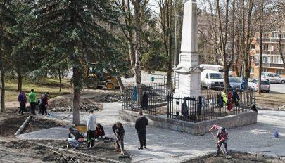 Oktogonná alakították a székely vértanúk emlékműve körül kirakott csillagot Marosvásárhelyen