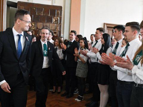 Szijjártó: tárgyalni fogok a román külügyminiszterrel a MOGYE magyar karáról