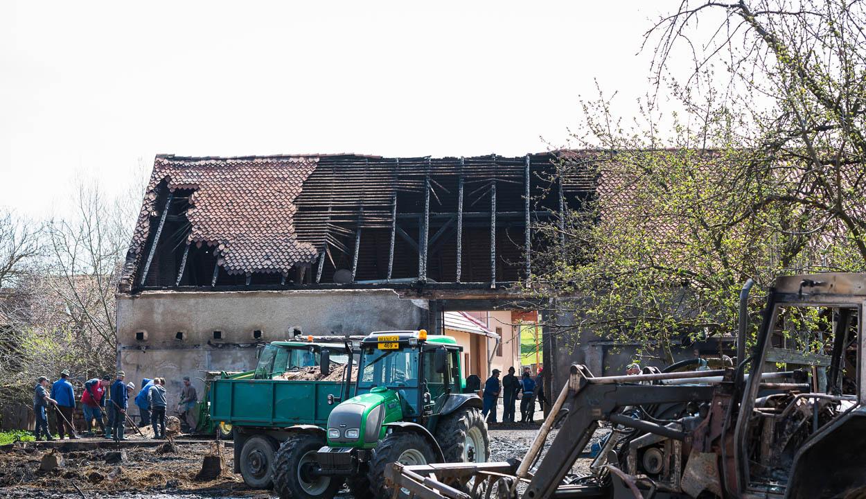 Kiégett egy traktor, állatok is odavesztek