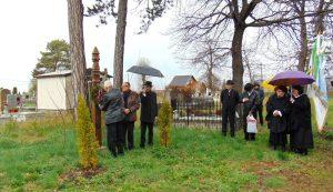 A helyi és vendég énekkarok a temetőben megkoszorúzták az elhunyt dalárdatagok emlékét őrző kopjafát