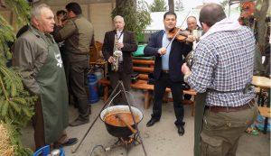 A főzőverseny jó hangulatáról zenészek is gondoskodtak