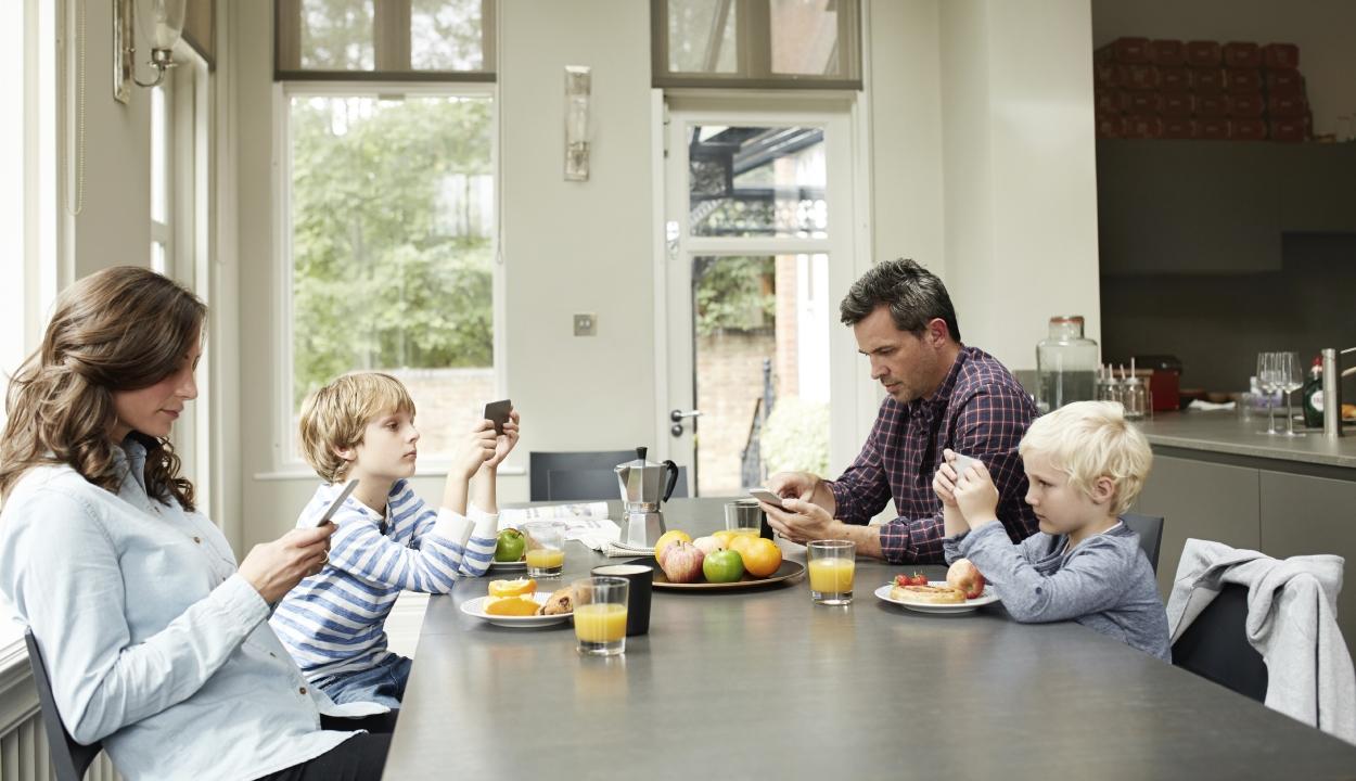 Egymás helyett a mobiljukkal foglalkoznak a családok vacsoránál