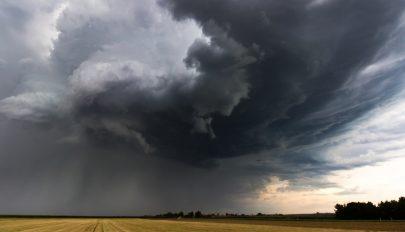 Sárga jelzésű eső- és viharriasztás az ország felében szerda hajnalig