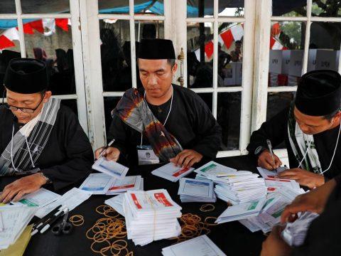 Több száz szavazatszámláló halt meg a világ legnagyobb egynapos szavazásán