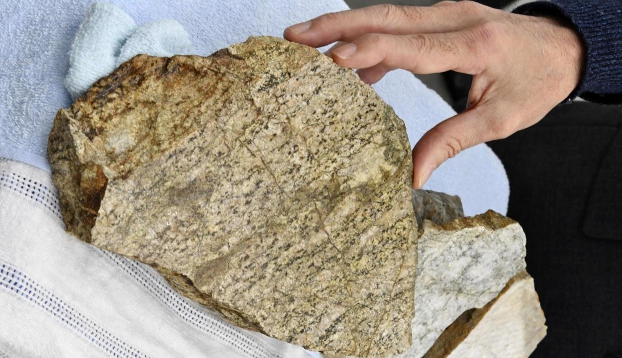 Két és fél milliárd éves követ találtak Japánban