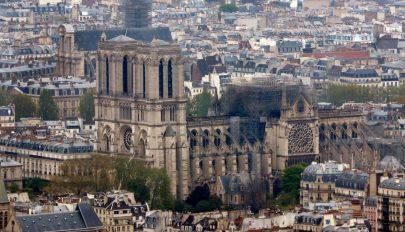 Hívek nélkül tartják a tűzvész utáni első misét a Notre Dame katedrálisban