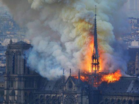 Órákon át égett a Notre Dame, sikerült eloltani a lángokat