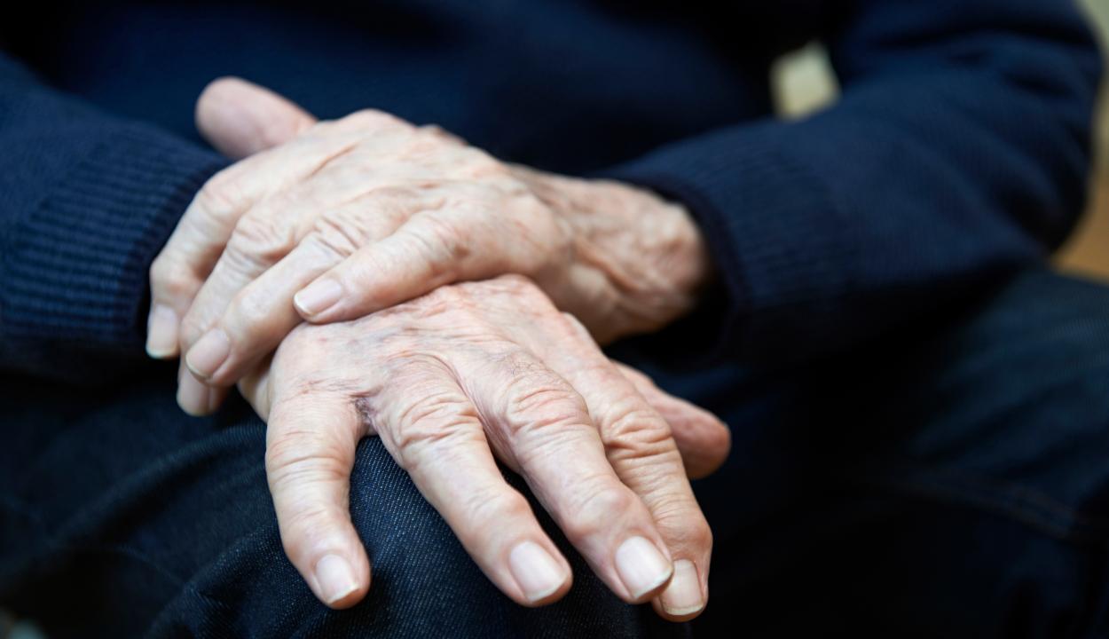 Akár húsz évvel hamarabb is megjelenhetnek a Parkinson-kór első tünetei
