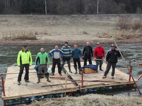 Megérkeztek Szegedre a pillepalacktutajjal a Maroson végighajózó gyergyói tűzoltók