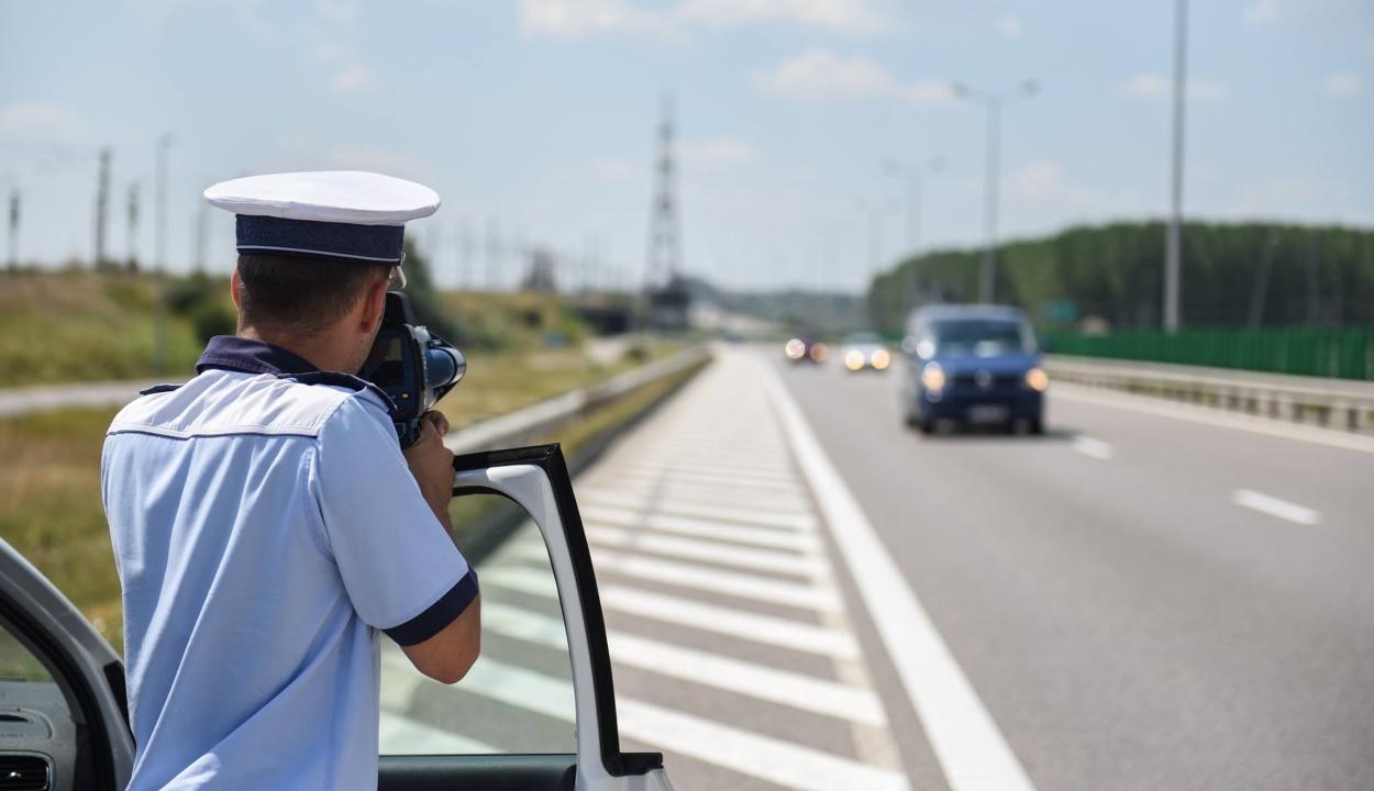 Csak jelzéssel ellátott, jól látható helyen állomásozó autóból radarozhatnak a rendőrök
