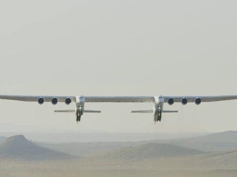 Levegőbe emelkedett a világ legnagyobb repülőgépe