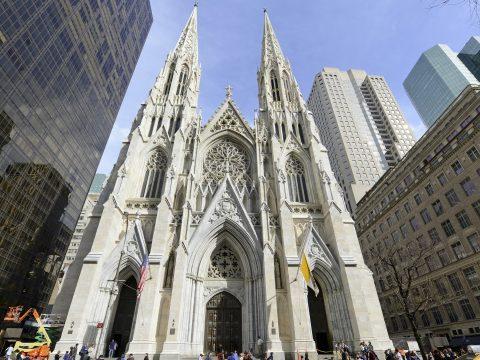 Egy zavart férfi benzines palackokkal akart bemenni a New York-i Szent Patrick katedrálisba