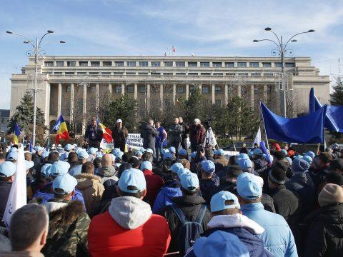 Sztrájkőrséget állnak a kormány épülete előtt a különböző iparágak szakszervezeti képviselői