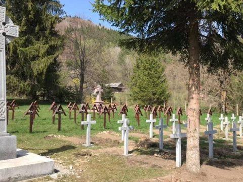 Román katonasírok betonkeresztjeit telepítették az úzvölgyi magyar katonatemetőbe