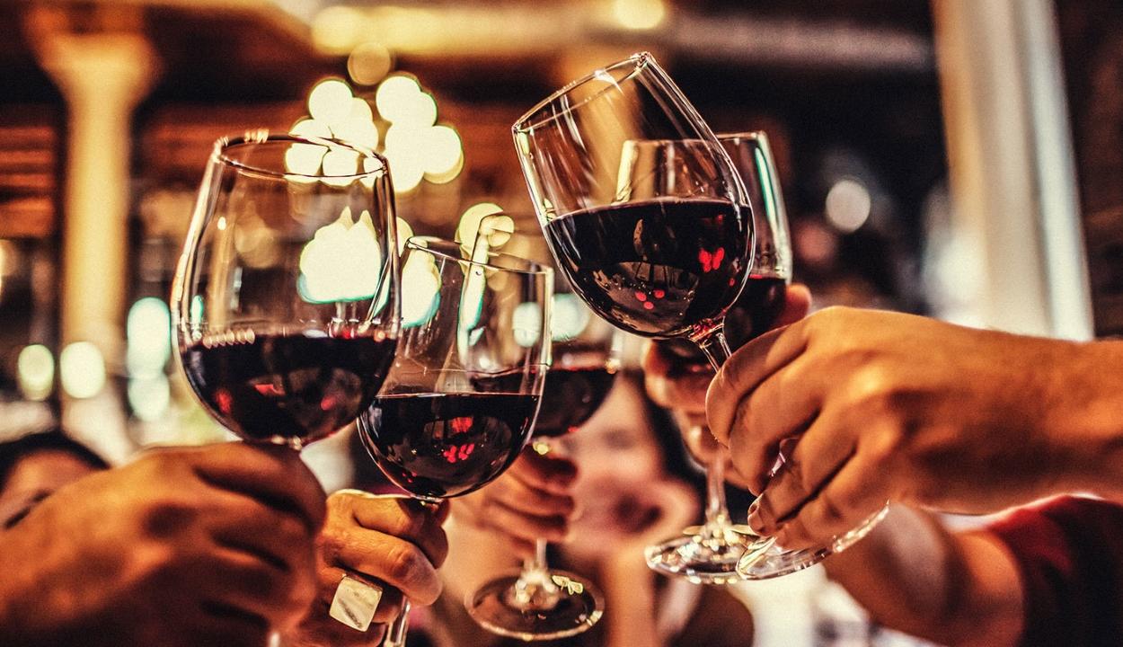 Egy üveg bor annyival növeli a rák kockázatát, mintha elszívtunk volna 10 cigarettát
