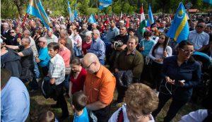 A sírkertben többezres tömeg gyűlt össze Fotó: Kocsis B. János